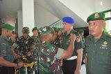 Danrem 133/Nani Wartabone Gorontalo Kolonel Czi Arnold AP Ritiauw memimpin langsung upacara korps rapor kenaikan pangkat prajurit, yakni jajaran Perwira, Bintara dan Tamtama yang mendapatkan kenaikan pangkat satu tingkat lebih tinggi dari sebelumnya. Upacara itu dilaksanakan sederhana seiring dengan wabah virus corona baru atau COVID-19 yang lagi mewabah. (ANTARAFOTO/HO-Kapenrem)