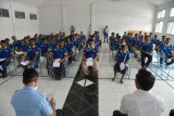 Petugas memberikan arahan seusai menyerahkan surat pembebasan kepada warga binaan di Lembaga Permasyarakatan Kelas II A, Banda Aceh, Aceh, Kamis (2/4/2020). Kementerian Hukum dan HAM membebaskan sebanyak 1.362 warga binaan dewasa dan anak di provinsi Aceh untuk menjalani asimilasi di rumah sebagai upaya mencegah penyebaran COVID-19. ANTARA FOTO/Ampelsa/nym.