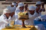 Pemuka agama Hindu melakukan persembahyangan dalam upacara untuk keharmonisan alam terkait wabah COVID-19 di Pura Desa Lan Puseh Desa Adat Denpasar, Bali, Kamis (2/4/2020). Upacara tersebut digelar serentak di masing-masing desa adat di seluruh Bali dengan hanya melibatkan pemuka agama Hindu dan pemuka desa adat untuk memohon hilangnya wabah COVID-19 dan kembalinya keharmonisan alam. ANTARA FOTO/Nyoman Hendra Wibowo/nym.