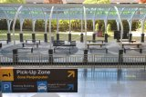 Suasana lengang Terminal Kedatangan Internasional Bandara Internasional I Gusti Ngurah Rai di Badung, Bali, Kamis (2/4/2020). Pemerintah melalui Kementerian Hukum dan Hak Asasi Manusia menetapkan larangan masuk dan transit ke wilayah Indonesia bagi Warga Negara Asing (WNA) mulai tanggal 2 April 2020 hingga waktu yang belum ditentukan untuk mencegah penyebaran COVID-19. ANTARA FOTO/Fikri Yusuf/nym.