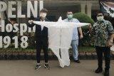 Pelatih timnas Indonesia asal Korsel donasikan APD