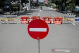 Suasana kawasan Jalan Merdeka yang ditutup untuk kendaraan di Bandung, Jawa Barat, Jumat (3/4/2020). Sejumlah ruas Jalan Protokol di Kota Bandung ditutup sementara pelaksanaan gerakan social distancing dan pengurangan titik kumpul warga guna pencegahan dan pengurangan resiko penyebaran virus COVID-19. ANTARA JABAR/Novrian Arbi/agr