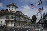 Suasana Kawasan Asia Afrika yang ditutup untuk umum di Bandung, Jawa Barat, Jumat (3/4/2020). Sejumlah ruas Jalan Protokol di Kota Bandung ditutup sementara pelaksanaan gerakan social distancing dan pengurangan titik kumpul warga guna pencegahan dan pengurangan resiko penyebaran virus COVID-19. ANTARA JABAR/Novrian Arbi/agr