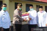 Pemkab Solok bagikan 300 masker untuk personel Polres