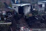 Beberapa rumah di  bantaran Sungai Galeh Temanggung terancam longsor