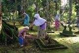 Tradisi bersih makam