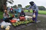 Pedagang Kaki Lima (PKL) berjualan di kawasan Lapangan Gulun, Kota Madiun, Jawa Timur, Sabtu (4/4/2020). Pemkot Madiun mencabut larangan berjualan bagi PKL yang diberlakukan sejak sekitar dua minggu lalu dan membolehkan PKL berjualan lagi dengan pembatasan waktu pagi hingga pukul 10.00 WIB dan malam pukul 18.00 - 21.00 WIB dan tidak boleh menyediakan tempat duduk bagi pembeli untuk menekan penyebaran wabah COVID-19. Antara Jatim/Siswowidodo/zk.