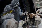 Petugas mengambil sampel darah saat Rapid Test COVID-19 secara Drive-Thru di Taman Balai Kota Bandung, Jawa Barat, Sabtu (4/4/2020). Sedikitnya Sedikitnya 700 warga Kota Bandung mengikuti Rapid Test guna memastikan kesehatan dan mengantisipasi penyebaran Virus COVID-19 di Bandung. ANTARA JABAR/Novrian Arbi/agr