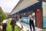 Tim gabungan TNI-Polri semprotan cairan disinfektan di Supiori