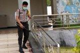 Bhabinkamtibmas Warsa Biak semprotkan cairan disinfektan di gereja