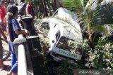 Satu unit mobil ambulans terjun ke tebing sungai, tiga paramedis di Aceh Barat luka-luka