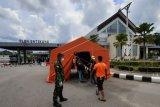Sejumlah Warga Negara Indonesia (WNI) dari Sarawak Malaysia memasuki tenda disinfektan di pintu kedatangan Pos Lintas Batas Negara Entikong, Kabupaten Sanggau, Kalimantan Barat, Jumat (3/4/2020). Kantor Kesehatan Pelabuhan Entikong bersama Pamtas dari Yonif Raider 641/Bru memperketat pemeriksaan kesehatan serta penyemprotan disinfektan terhadap WNI yang tiba dari Sarawak Malaysia melalui PLBN Entikong guna mencegah penyebaran virus COVID-19. ANTARA FOTO/Agus Alfian/jhw/aww.