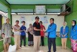Mahasiswa Fakultas Farmasi Universitas Pancasila membagikan hand sanitizer gratis yang di produksi di Laboratorium Farmasi UP bagi warga sekitar kampus tersebut.