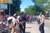Polisi bubarkan pasar ayam jago di depan RSUD Daya Makassar