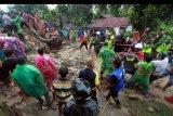 Warga bersama petugas gabungan mengevakuasi korban longsor yang tertimbun di rumahnya di Jorong Guguk,Nagari Guguk Malalo, Kabupaten Tanah Datar, Sumatera Barat, Minggu (5/4/2020). Data Pemkab Tanah Datar menyatakan sebanyak empat rumah rusak dan dua orang warga tewas tertimbun material longsor karena banjir bandang di daerah tersebut. ANTARA FOTO/Adi Prima/nym