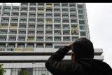 Warga mengamati spanduk bertuliskan penolakan atas penggunaan rumah sakit darurat COVID-19 yang terpasang di Lippo Plasa, Mampang, Jakarta, Minggu (5/4/2020). Aksi tersebut sebagai bentuk kekhawatiran penghuni apartemen Nine Residence yang membuat mereka berada dalam zona merah COVID-19. ANTARA FOTO/M Risyal Hidayat/nym
