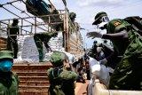 Warga Uganda olah limbah plastik jadi pelindung wajah
