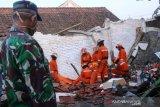 Polisi evakuasi dua orang tertimpa bangunan roboh