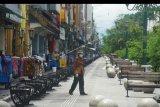 Suasana sepi kawasan wisata Malioboro, Yogyakarta, Senin (6/4/2020). Malioboro yang merupakan destinasi wisata andalan di Yogyakarta itu sepi pengunjung sejak beberapa pekan terakhir akibat pandemi COVID-19. ANTARA FOTO/Andreas Fitri Atmoko/nym