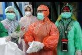 Petugas medis Puskesmas Kuta Alam memakai jas hujan plastik sebagai Alat Pelindung Diri (APD) untuk melayani pasien di Banda Aceh, Aceh, Senin (6/4/2020). Petugas medis di tingkat puskesmas terpaksa menggunakan jas hujan karena keterbatasan APD yang sesuai standar guna mencegah penularan virus Corona (COVID-19). ANTARA FOTO/Irwansyah Putra/nym.