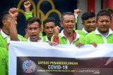 Sejumlah napi mengaplakan tangannya sambil mengucapkan terima kasih surat pembebasan mareka di Lembaga Permasyarakatan (LAPAS) Kelas -III Lhoknga, Kabupaten Aceh Besar, Aceh, Senin (6/4/2020). Kementerian Hukum dan HAM membebaskan sebanyak lima napi prempuan dan 18 napi laki di Lapas tersebut untuk menjalani asimilasi di rumah dalam upaya mencegah penyebaran Corona Virus (COVID-19). Antara Aceh/Ampelsa.