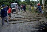 Warga melakukan aksi menutup jalan menuju ke pemakaman Macanda di Kecamatan Somba Opu, Kabupaten Gowa, Sulawesi Selatan, Kamis (2/4/2020). Penutupan akses jalan yang dilakukan sejumlah warga yang bermukim di sekitar pemakaman Macanda tersebut sebagai bentuk penolakan terhadap pemakaman jenazah pengidap COVID-19. ANTARA FOTO/Abriawan Abhe/foc.