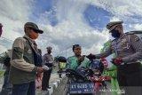 Satlantas Polresta Samarinda bagikan masker ke ojek online