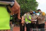 Kapolres Aceh Barat AKBP Andrianto Argamuda (kanan) memeriksa senjata api milik personelnya di Mapolres Aceh Barat, Aceh, Selasa (7/4/2020). Kegiatan pemeriksaan dan pengecekan rutin tersebut dilakukan untuk mendukung kegiatan pelaksanaan tugas pengamaan yang bersifat preventif maupun represif yang meliputi kelayakan senjata api, pemeriksaan puluru, kebersihan senjata dan surat senjata. Antara Aceh/Syifa Yulinnas.