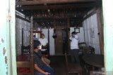 Perangkat desa mengecek rumah yang disiapkan sebagai ruang isolasi mandiri di Desa Kemiren, Banyuwangi, Jawa Timur, Rabu (8/4/2020). Pemerintah daerah setempat, mengintruksikan agar setiap desa menyediakan tempat isolasi mandiri untuk warga yang berstatus Orang Dalam Pemantauan (ODP) atau perantau dari wilayah zona merah, sebagai upaya pencegahan penyebaran COVID-19. Antara Jatim/Budi Candra Setya//zk.