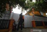 Warga beraktivitas di depan Balai Diklat yang dijadikan rumah karantina di Komplek Kayu Tangi II, Banjarmasin, Kalimantan Selatan, Rabu (8/4/2020). Pemerintah kota Banjarmasin membatalkan menjadikan Balai Diklat Kota Banjarmasin menjadi rumah karantina COVID-19 bagi Orang Dalam Pemantauan (ODP) setelah mendapat penolakkan dari warga karena kawasan Komplek Kayu Tangi II tersebut padat penduduk sehingga takut menular kepada warga. Foto Antaranews Kalsel/Bayu Pratama S.