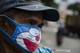 Pedagang menggunakan masker saat berjualan di Pasar Cicadas, Bandung, Jawa Barat, Rabu (8/4/2020). Pemerintah mewajibkan masyarakat untuk menggunakan masker saat beraktivitas di luar rumah sebagai antisipasi penyebaran dan peningkatan kesadaran bagi masyarakat akan bahaya pandemi COVID-19. ANTARA JABAR/Novrian Arbi/agr