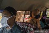 Warga dan supir menggunakan masker saat menaiki angkutan umum di Bandung, Jawa Barat, Rabu (8/4/2020). Pemerintah mewajibkan masyarakat untuk menggunakan masker saat beraktivitas di luar rumah sebagai antisipasi penyebaran dan peningkatan kesadaran bagi masyarakat akan bahaya pandemi COVID-19. ANTARA JABAR/Novrian Arbi/agr