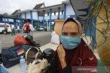 Warga menggunakan masker saat beraktivitas di luar di Terminal Angkutan Umum Pal 6, Banjarmasin, Kalimantan Selatan, Rabu (8/4/2020). Berdasarkan data Gugus Tugas Pencegahan Pengendalian dan Penanganan virus COVID-19 Provinsi Kalimantan Selatan pada Rabu (8/4/2020) pukul 10.00 Wita jumlah pasien terkonfirmasi atau positif virus COVID-19 di Kalsel berjumlah 22 pasien dengan rincian 19 pasien dalam perawatan dan tiga pasien meninggal dunia serta 1.176 Orang Dalam Pemantauan (ODP) dan 11 Pasien Dalam Pengawasan (PDP). Foto Antaranews Kalsel/Bayu Pratama S.