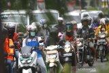 Pengendara sepeda motor menggunakan masker di Jalan Ahmad Yani, Banjarmasin, Kalimantan Selatan, Rabu (8/4/2020). Berdasarkan data Gugus Tugas Pencegahan Pengendalian dan Penanganan virus COVID-19 Provinsi Kalimantan Selatan pada Rabu (8/4/2020) pukul 10.00 Wita jumlah pasien terkonfirmasi atau positif virus COVID-19 di Kalsel berjumlah 22 pasien dengan rincian 19 pasien dalam perawatan dan tiga pasien meninggal dunia serta 1.176 Orang Dalam Pemantauan (ODP) dan 11 Pasien Dalam Pengawasan (PDP). ANTARA FOTO/Bayu Pratama S.