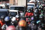 Sejumlah kendaraan terjebak kemacetan di Jalan Raya Pasar Minggu, Jakarta, Rabu (8/4/2020). Pemprov DKI Jakarta telah menetapkan masa sosialisasi penerapan aturan Pembatasan Sosial Berskala Besar (PSBB) selama dua hari yaitu 8-9 April 2020 sebelum menerapkan kebijakan tersebut secara penuh pada 10 April 2020. ANTARA FOTO/Akbar Nugroho Gumay/nym.