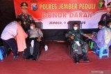 Personel TNI dan Polri melakukan donor darah di Mapolres Jember, Jawa Timur, Kamis (9/4/2020). Polres Jember dan Kodim 0824 Jember melakukan donor darah untuk menambah stok darah PMI Jember yang menipis akibat merebaknya COVID-19. Antara Jatim/Seno/zk.
