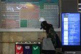 Penumpang kereta api berjalan di Stasiun Gubeng Surabaya, Jawa Timur, Rabu (8/4/2020). Sebagai upaya pencegahan penyebaran Virus Corona (COVID-19), terhitung pada tanggal 12 April 2020 PT Kereta Api Indonesia (PT KAI) Daop 8 Surabaya mewajibkan seluruh penumpang kereta api untuk mengenakan masker dan bagi yang tidak mengenakan masker dilarang  naik kereta api serta selanjutnya  tiket akan dikembalikan penuh di luar bea pesan. Antara Jatim/Didik/Zk