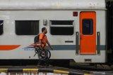 Penumpang turun dari kereta api di Stasiun Gubeng Surabaya, Jawa Timur, Rabu (8/4/2020). Sebagai upaya pencegahan penyebaran Virus Corona (COVID-19), terhitung pada tanggal 12 April 2020 PT Kereta Api Indonesia (PT KAI) Daop 8 Surabaya mewajibkan seluruh penumpang kereta api untuk mengenakan masker dan bagi yang tidak mengenakan masker dilarang  naik kereta api serta selanjutnya  tiket akan dikembalikan penuh di luar bea pesan. Antara Jatim/Didik/Zk