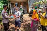 Bantuan paket sembako dan masker untuk warga