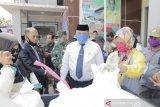 Wali Kota Solok tinjau penyerahan bantuan pangan warga terdampak COVID-19