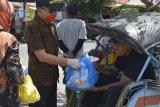 Bawaslu Purworejo bagikan paket sembako pada warga terdampak COVID-19