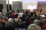PSBB hari pertama, penumpang KRL di Jakarta kebingungan