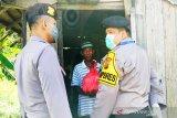 Warga berebut sembako gratis dibagikan Polres Kotim