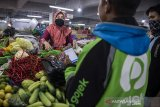 Pedagang mengemas pesanan daring sayur-mayur di pasar Kosambi, Bandung, Jawa Barat, Jumat (10/4/2020). Layanan belanja online dan siap antar tersebut bertujuan untuk membatasi lalu lalang orang di pasar dan juga sebagai upaya pencegahan penyebaran COVID-19. ANTARA JABAR/M Agung Rajasa/agr