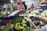 Pengemudi daring menggunakan aplikasi belanja online saat memesan sayur-mayur di pasar Kosambi, Bandung, Jawa Barat, Jumat (10/4/2020). Layanan belanja online dan siap antar tersebut bertujuan untuk membatasi lalu lalang orang di pasar dan juga sebagai upaya pencegahan penyebaran COVID-19. ANTARA JABAR/M Agung Rajasa/agr