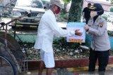 Bhayangkari Polda Sumsel bagikan sembako kepada tukang becak dan pemulung