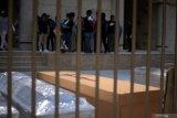 Para tahanan di Ekuador ditugaskan buat peti mati untuk korban virus corona
