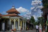 Erupsi Gunung Merapi terlihat dari Cepogo, Boyolali, Jawa Tengah, Jumat (10/4/2020). Gunung Merapi meletus pada pukul 09.10 WIB dengan durasi letusan 103 detik dan tinggi kolom 3.000 meter. ANTARA FOTO/Mohammad Ayudha/nym.