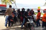 Cegah COVID-19, petugas semprot disinfektan penumpang ASDP lintas Baubau-Waara