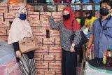 Athirah libatkan kelurahan distribusi kebutuhan pokok ke warga di Makassar